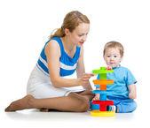 Chłopiec dziecko i matka grać z zabawką — Zdjęcie stockowe