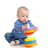 девочка играет с игрушкой, изолированные на белом фоне — Стоковое фото