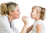 Läkare undersöka barnet isolerad på vit bakgrund — Stockfoto