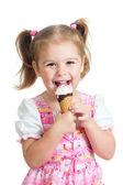 Radosne dziecko dziewczynka jedzenie lodów w studio na białym tle — Zdjęcie stockowe