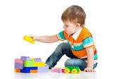 孩子男孩玩建筑设置在白色背景 — 图库照片
