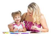 Litet barn med mor ritning med färg pennan över vita — Stockfoto
