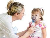 Inhaler maske nefes, çocuk hastanesi için tutan doktor — Stok fotoğraf
