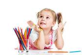 Drömmande barn flicka med pennor — Stockfoto