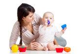 孩子们女孩和母亲一起玩杯子玩具 — 图库照片