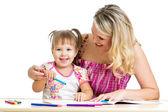 Madre y su hijo juegos diversión con lápices de colores — Foto de Stock