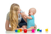 子供の少年と母と一緒に遊んでカップおもちゃ — ストック写真
