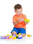 Wesoły chłopiec bawi się nad powrotem biały budowlanych — Zdjęcie stockowe