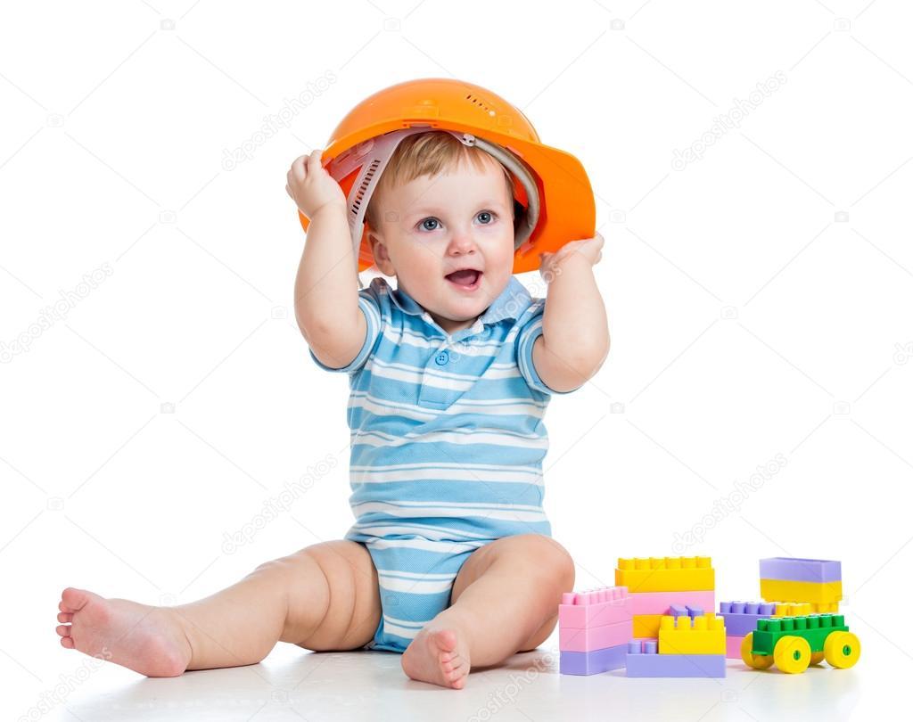孩子在玩积木玩具