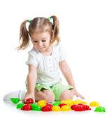 Mozaik oyuncakla oynamak sevimli çocuk kız — Stok fotoğraf
