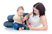 Erkek bebek ve annesi birlikte oynama — Stok fotoğraf