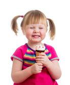 Szczęśliwe dziecko dziewczynka jedzenie lodów w studio na białym tle — Zdjęcie stockowe