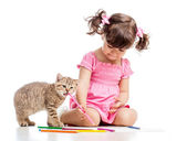 Painting child girl with playful kitten — Stock Photo