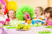 Kids celebrating birthday party with clown — Stok fotoğraf