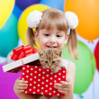 Kid girl with colorful balloons and kitten in gifting box — Stock Photo