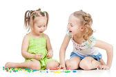 Kinderen zusters bleek samen, geïsoleerd op witte achtergrond — Stockfoto