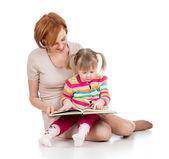 Szczęśliwa matka i dziecko razem czytając książkę — Zdjęcie stockowe