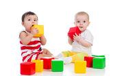два малышей девочек, играть вместе с цвет игрушки — Стоковое фото