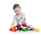 Baby boy spelen met blok speelgoed op witte achtergrond — Stockfoto