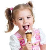 うれしそうな子少女分離されたスタジオでアイスクリームを食べる — ストック写真