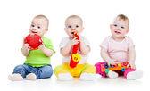 παιδιά που παίζουν με μουσικά παιχνίδια. απομονώνονται σε λευκό φόντο — Φωτογραφία Αρχείου