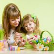 Mother and daughter kid painting easter eggs — 图库照片