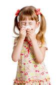 Kind meisje afvegen of neus reiniging met weefsel dat geïsoleerd op wit — Stockfoto