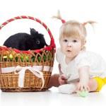 divertente bambina con il coniglietto di Pasqua nel cestino — Foto Stock