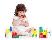 Fille enfant jouant avec le jeu de construction — Photo