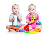 дети мальчик и девочка, играя игрушки вместе — Стоковое фото
