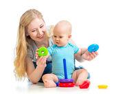 Niño y madre jugando juntos — Foto de Stock