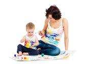 Niño de niña madre wih de dibujo y pintura juntos — Foto de Stock