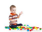 Lindo niño jugando con juguetes de mosaico — Foto de Stock