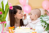 Baby and mother celebrate first birthday holiday — Stock Photo