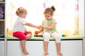 Iki çocuk kız kardeşi birlikte kapalı oyun — Stok fotoğraf