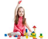 Garota de criança brincando com brinquedos de bloco sobre fundo branco — Foto Stock