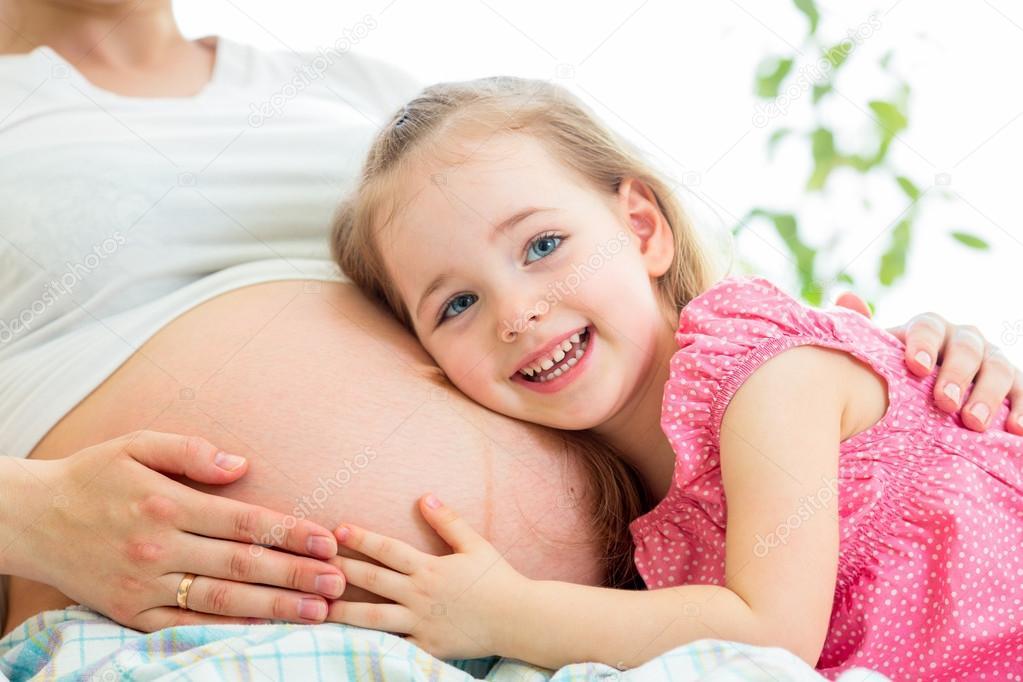 Беременная с ребенком на руках