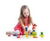 Kind meisje spelen met blok speelgoed op witte achtergrond — Stockfoto
