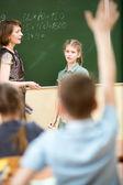Bambini della scuola in aula a lezione di matematica — Foto Stock