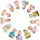 Grup gülümseyen çocuk çocuklar daire şeklinde düzenlenmiş bebekler — Stok fotoğraf