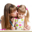 Mother and her child girl draw together — Stockfoto