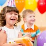 fille enfant heureux avec ballons colorés et cadeau — Photo #26970611