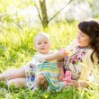 Mother and baby girl having fun outdoors — Stock fotografie