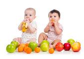 Bebês comendo frutas — Fotografia Stock