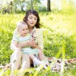 Mother with child outdoors — Stockfoto