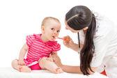 Läkare ger botemedel till kid flicka isolerad på vit — Stockfoto