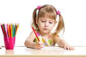 Enfant mignon dessin aux crayons colorés — Photo