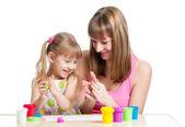 Chico chica y madre juegan el juguete colorido arcilla — Foto de Stock