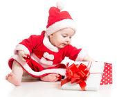 Babbo natale bambina aprendo la scatola regalo isolato su bianco backgro — Foto Stock