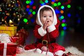 Jongen meisje verkleed als santa claus in de buurt van kerstboom met geschenken — Stockfoto
